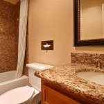 Best Western Plus Lincoln Sands Oceanfront Suites Guest Bathroom